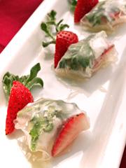 ソルトリーフ(アイスプラント)とイチゴのライスペーパー巻き写真